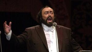 Luciano Pavarotti kimdir Elinde tuttuğu aksesuar nedir