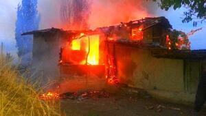 Yıldırım düşen 2 katlı ahşap ev yandı
