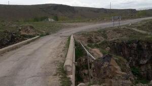 Tarihi köprüye dökülen asfalt söküldü (2)
