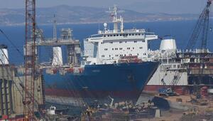 Foçada denize yakıt akıtan gemi söküm için karaya çıkarılmış