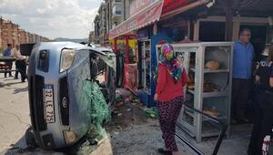Kaza yapan araç market dolabına çarptı