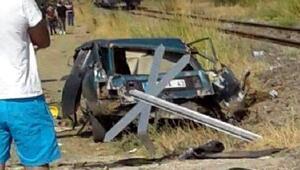 Hemzemin geçitte tren çarpan otomobil ikiye bölündü: 1 ölü/ Ek Fotoğraf