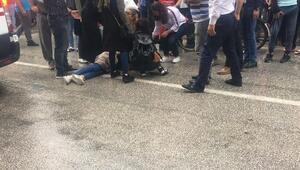 Kazada yaralanan genç kızı, yağmurdan şemsiyeyle korudular