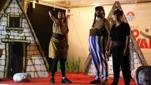 Maltepe'de çocuklar tiyatro sahnesindeki Asterix ve Oburixi çok sevdi
