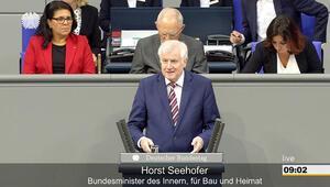 """""""Göçmenler sorunların anasıdır"""" diyen İçişleri Bakanı konuşurken, oturumu yöneten başkanlık divanında iki Türkiye kökenli milletvekili oturuyordu"""