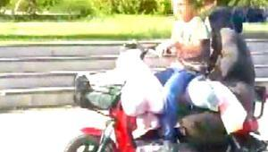 Elektrikli bisikletle malzeme taşıyan çocuk korkuttu