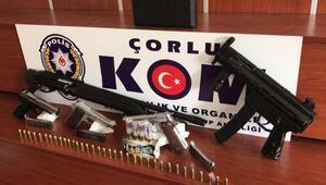Evinde tüfek ve tabancalarla yakalandı