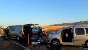 Düğün konvoyundaki araçlara minibüs çarptı: 3 ölü, 3 yaralı
