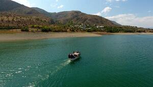 Yolu baraj gölü altında kalan köye kayıkla ulaşım sağlıyorlar
