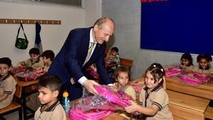 4 bin öğrenciye çanta hediye ettiler