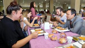 Rektör Çalış, yemekhanedeki ilk yemeğini öğrencilerle birlikte yedi