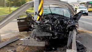 Bu sabah feci kaza: Lüks araç trafik levhalarına saplandı