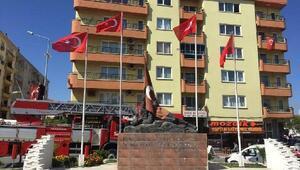 Saruhanlıyı süsleyen bayraklar yenilendi