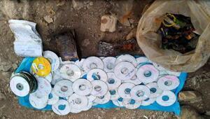 Mağarada, teröristlere ait 200 CD ele geçti