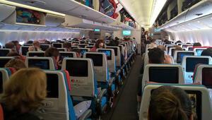 Uçak inerken uyumak kulağa kalıcı hasar verebiliyor