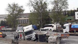 Kaza yapan TIRdan düşen beton borular, yolu kapattı