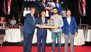 Balçovada üniversiteyi kazanana bilgisayar ve Nutuk hediye edildi