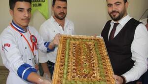 Şeker hamurundan Ömer Halisdemiri resmettiği pasta yaptı