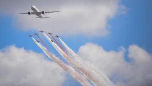 İstanbul semalarında Türk Yıldızları, THY uçağı ve F-16 birlikte uçtu