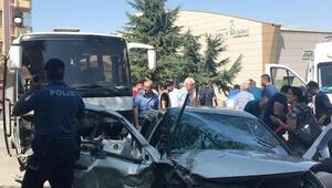 Otomobil ile servis midibüsü çarpıştı: 9 yaralı