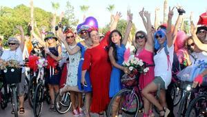 Antalyanın süslü kadınları bisiklet turunda
