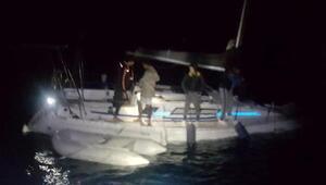 Denize açılan gençlerin su alan teknesinde panik