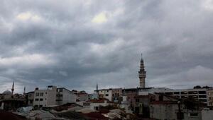 İstanbulda gökyüzünü kara bulutlar kapladı