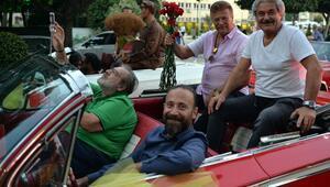Adana'da sanatçılar 'Sevgi Korteji' ile halkı selamladı