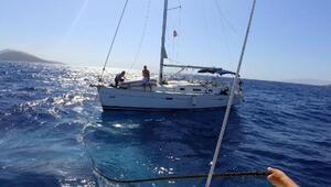 Arızalanan teknedeki iki kişiyi Sahil Güvenlik kurtardı
