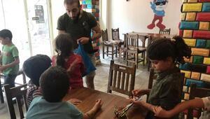Diyarbakırda sokakta mendil satan çocuklar Şirin Baba kafede eğlendi
