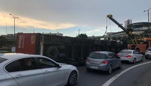 Basın Ekspres yolu girişinde TIR devrildi (2)