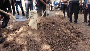 Kayıp Bayramın bulunan 3 parça kemiği, toprağa verildi