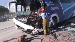 Yolcu otobüsü temizlik aracına çarptı: 1 ölü, 12 yaralı