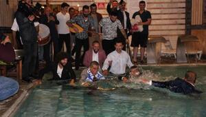 Belediye Başkanı, takım elbiseyle kaplıca havuzuna girdi