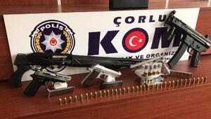 Suç örgütü üyeleri sahte polis kimlikleri ve silahlarla yakalandı