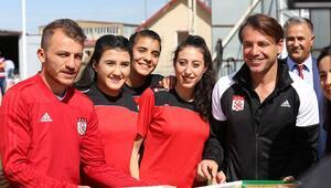 Kadın futbolcular Sivasspor'un antrenmanını ziyaret etti