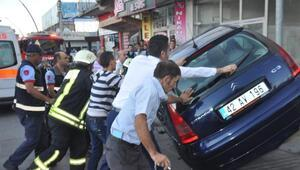 1 kişinin yaralandığı kazada, yan yatan otomobili vatandaşlar düzeltti
