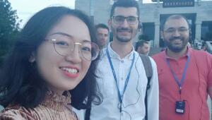 Aşık Veysel Çin'de: Zeng Uzun İnce Bir Yoldayımı hatasız söylüyor