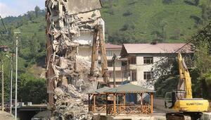 Rize'de dere yatağındaki 7 katlı binanın yıkımı sürüyor