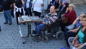 Akülü sandalyesini yenileyebilmek için kitap satıyor