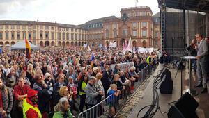 Birleşme gününde  10 bin kişiden protesto