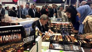 Zonguldak Valisi Ahmet Çınar, kitaplarını imzaladı