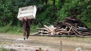 Trabzon'da sel gitti, çamur kaldı