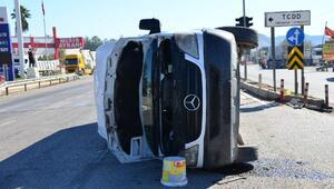 Kamyon ile işçi servisi çarpıştı: 8 yaralı