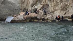 Botları kayalıklara çarpan 46 kaçak göçmen kurtarıldı