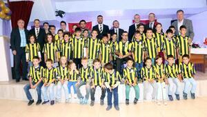 Kütahyada 43 çocuğa 43 Fenerbahçe forması