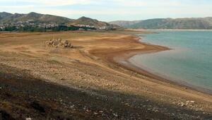 Barajda su çekilince kayalık kıyıda kaldı