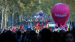 Fransa'nın 100'den fazla kentinde Macron'a protesto