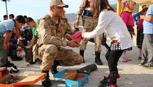 Jandarmadan yatılı okul öğrencilerine ayakkabı
