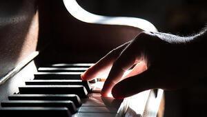 Akademisyene piyano çalma cezası